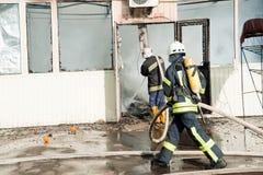 Un grand feu en Ukraine, Kiev, marché de Troyeschina Éteignez-vous le corps de sapeurs-pompiers 2016 image stock