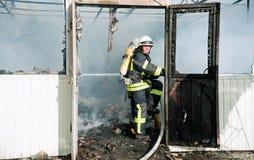 Un grand feu en Ukraine, Kiev, marché de Troyeschina Éteignez-vous le corps de sapeurs-pompiers 2016 photos stock