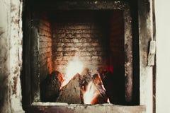 Un grand fourneau dans une chaufferie avec le feu dilué images libres de droits