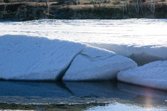 Un grand glacier blanc fond sous le soleil de ressort Images stock