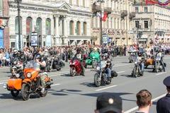 Un grand groupe de motards sur des motos images libres de droits