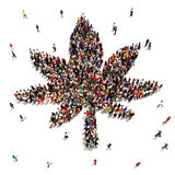 Un grand groupe de personnes qui soutiennent la marijuana Image libre de droits