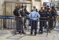 Un grand groupe de police de sécurité israélienne derrière le Ba de contrôle des foules image stock
