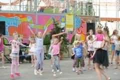 Un grand groupe de sauter, de sports et de danse heureux d'enfants de sports d'amusement Enfance, liberté, bonheur, le concept d' photo libre de droits