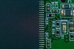 Un grand microscheme numérique sur la carte mère avec beaucoup de leags photos libres de droits