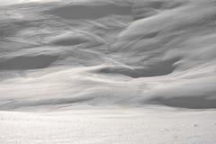 Un grand mur de la neige blanche à la haute altitude photos stock