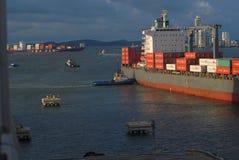 Un grand navire porte-conteneurs étant doucement poussé à un dock au port de Carthagène Photo stock