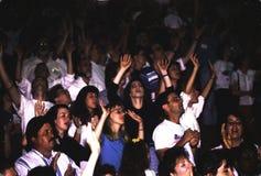 Un grand nombre de jeunes félicitant Dieu photos libres de droits