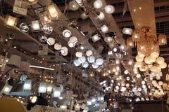 Un grand nombre de lampes de plafond, lustres dans le magasin images libres de droits