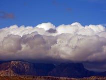 Un grand nuage au-dessus du désert photographie stock libre de droits