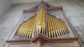 Un grand organe de tuyau dans une église image stock