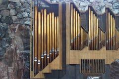 Un grand organe est installé dans le temple images stock