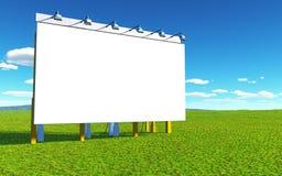 Un grand panneau d'affichage se repose dans l'herbe verte devant un ciel bleu Photographie stock libre de droits