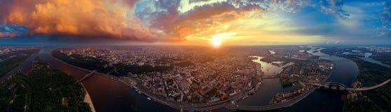 Un grand panorama de la ville de Kiev sur Podol au coucher du soleil Images stock