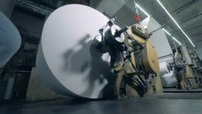 Un grand petit pain de papier dans un bureau de typographie, fin  banque de vidéos