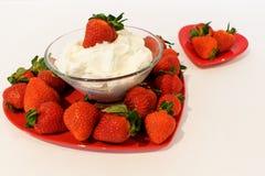 Un grand plat en forme de coeur a rempli de fraises et de smalle Images libres de droits