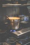 Un grand pot chaud de cari thaïlandais tout en faisant cuire sur la cuisinière à gaz dans le restaurant thaïlandais aux Etats-Uni photos stock