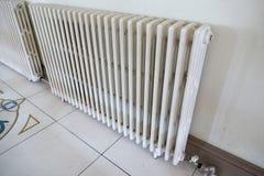 Un grand radiateur émet la grande chaleur Photographie stock libre de droits