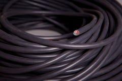 Rouleau d'un cable électrique noir Images stock