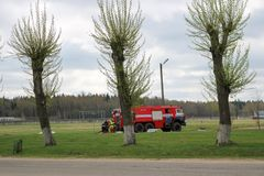 Un grand véhicule de sauvetage du feu rouge, un camion extincteur, monte sur un produit chimique, raffinerie de pétrole image libre de droits