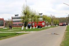 Un grand véhicule de sauvetage du feu rouge, un camion pour s'éteindre un feu et des sapeurs-pompiers de mâle sont préparés pour  photos stock