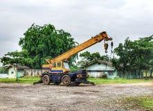 un grand véhicule porter vers le haut de quelques choses photo stock
