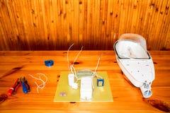 Un grande bianco ha smontato la lampada di via con un circuito elettrico con i cavi ed i pezzi di ricambio, l'attrezzatura dell'i immagine stock libera da diritti