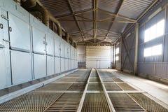 Un grande capannone con un pavimento fatto delle grate d'acciaio fotografia stock