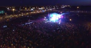 Un grande concerto ammucchiato dall'aria eccitamento ronzio archivi video