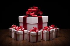 Un grande contenitore di regalo bianco con i piccoli contenitori di regalo Immagini Stock Libere da Diritti