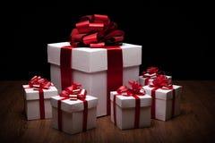 Un grande contenitore di regalo bianco con i piccoli contenitori di regalo Fotografia Stock Libera da Diritti