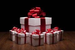 Un grande contenitore di regalo bianco con i piccoli contenitori di regalo Fotografie Stock