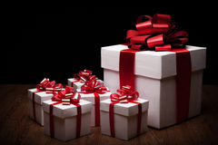 Un grande contenitore di regalo bianco con i piccoli contenitori di regalo Immagine Stock