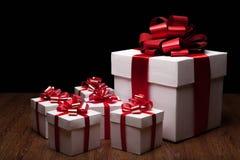 Un grande contenitore di regalo bianco con i piccoli contenitori di regalo Fotografie Stock Libere da Diritti