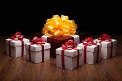 Un grande contenitore di regalo rosso con i piccoli contenitori di regalo Fotografia Stock Libera da Diritti