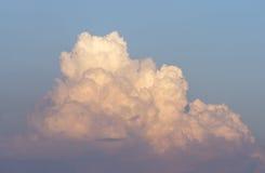 Un grande e cumulonembo lanuginoso nel cielo blu Fotografia Stock