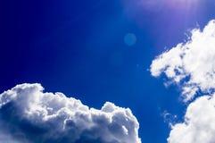 Un grande e cumulonembo lanuginoso nel cielo blu Immagine Stock