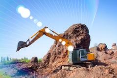 Un grande escavatore della costruzione di colore giallo sul cantiere in una cava per estrarre Immagine Stock Libera da Diritti