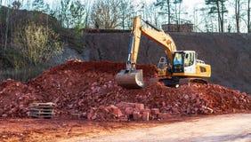Un grande escavatore sul lavoro immagini stock libere da diritti