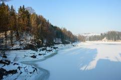 Un grande fiume in una valle della montagna, il basso livello dell'acqua, inverno Immagini Stock Libere da Diritti