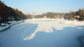 Un grande fiume in una valle della montagna, il basso livello dell'acqua, inverno Fotografia Stock Libera da Diritti