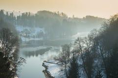 Un grande fiume in una valle della montagna, stagione invernale Immagine Stock Libera da Diritti