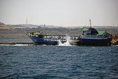 Un grande funzionamento della nave una riva a Malta fotografia stock