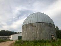 Un grande granaio rotondo del metallo e del calcestruzzo per la conservazione grano e del cereale fotografie stock libere da diritti