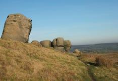 un grande gruppo di formazioni rocciose di gritstone nel paesaggio di West Yorkshire vicino todmorden contro la campagna della pe fotografia stock