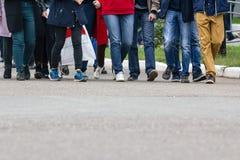 Un grande gruppo di giovani - studenti o allievi Fotografie Stock Libere da Diritti