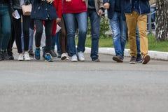 Un grande gruppo di giovani - studenti o allievi Immagini Stock Libere da Diritti