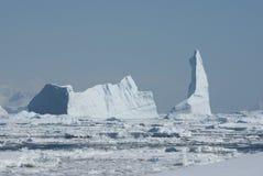 Un grande iceberg nello stretto Immagine Stock Libera da Diritti