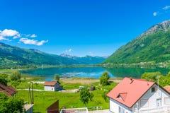Un grande lago della montagna Immagine Stock