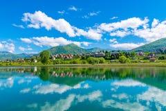 Un grande lago della montagna Immagini Stock